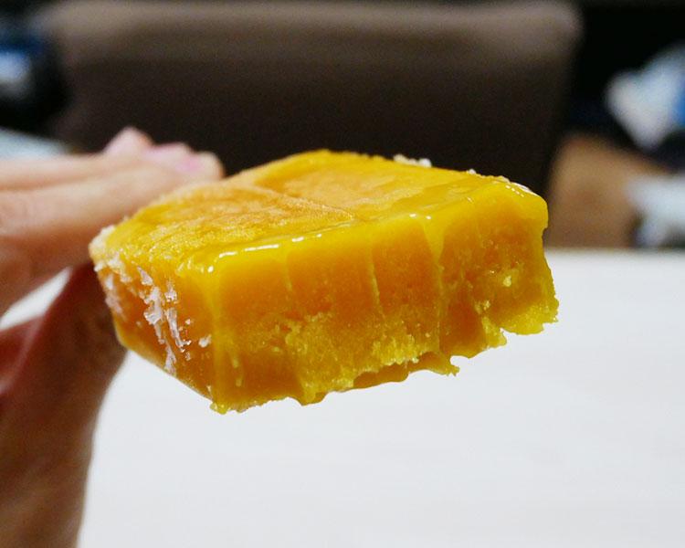 セブンイレブン「まるで完熟マンゴーを冷凍したような食感のアイスバー(138円)」