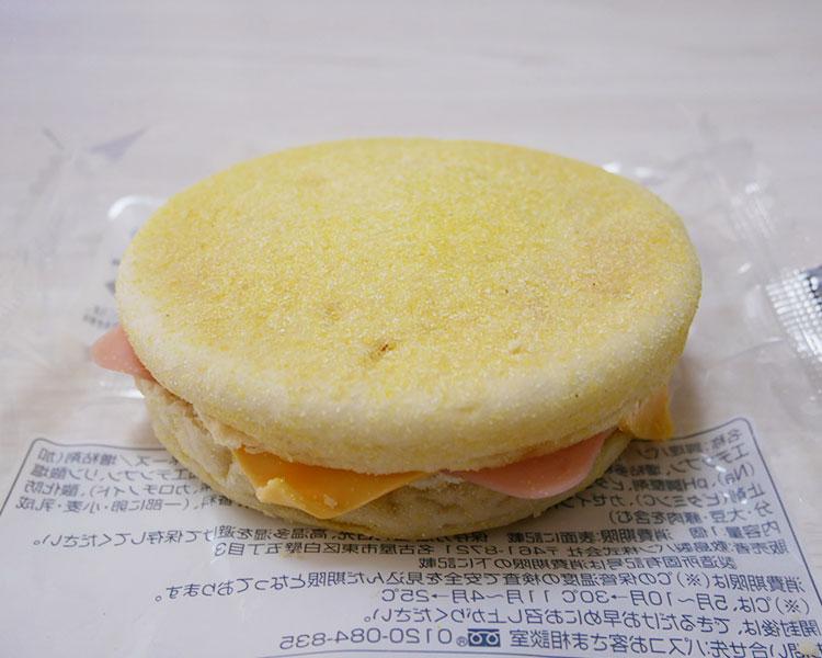 ファミリーマート「もっちり食感マフィンハムチーズエッグ(138円)」