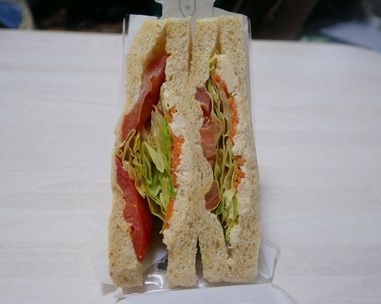 デイリーヤマザキ「蒸し鶏と野菜のサンド(264円)」
