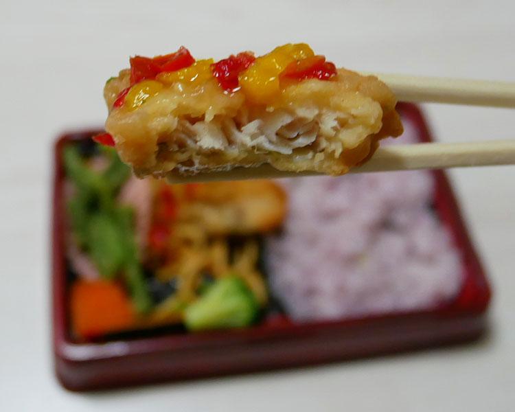 まいばすけっと「彩り野菜と食べるタラの唐揚げ黒米弁当(429円)」
