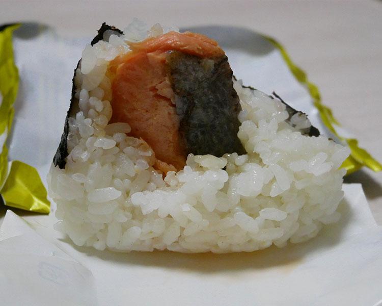 ファミリーマート「ごちむすび 大きな鮭はらみ(198円)」