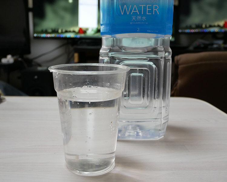 セブンイレブン「天然水 2L(98円)」