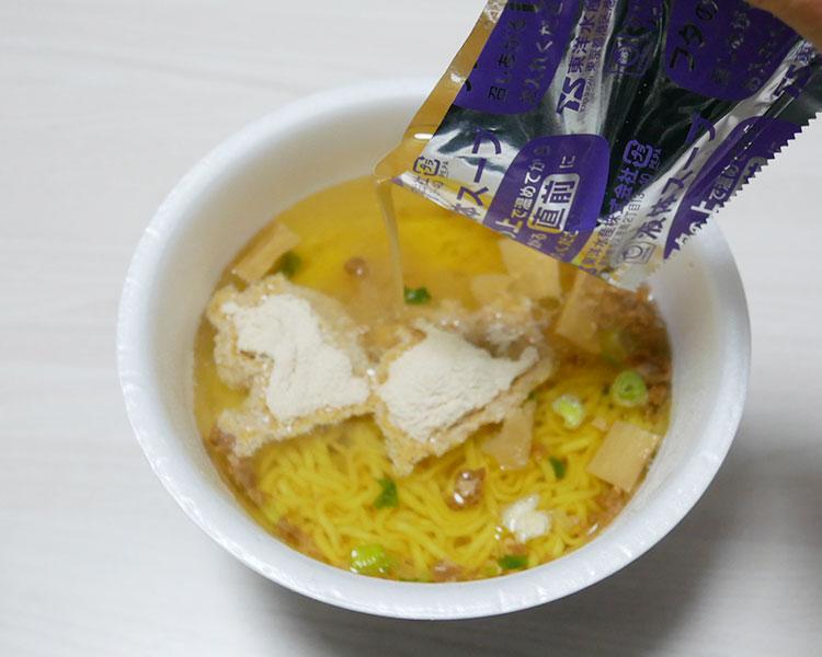 「かやく・液体スープ・後入れ粉末スープ・ノンフライめん」が付く。