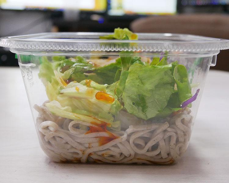 デイリーヤマザキ「野菜と食べるピリ辛蕎麦サラダ(321円)」