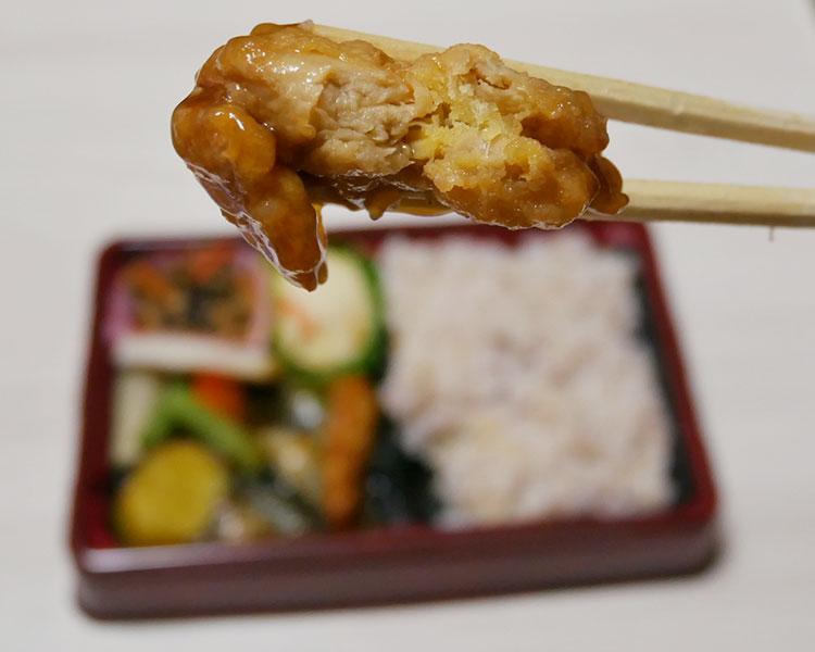 まいばすけっと「大豆ミート唐揚げと野菜の黒酢あん弁当(429円)」