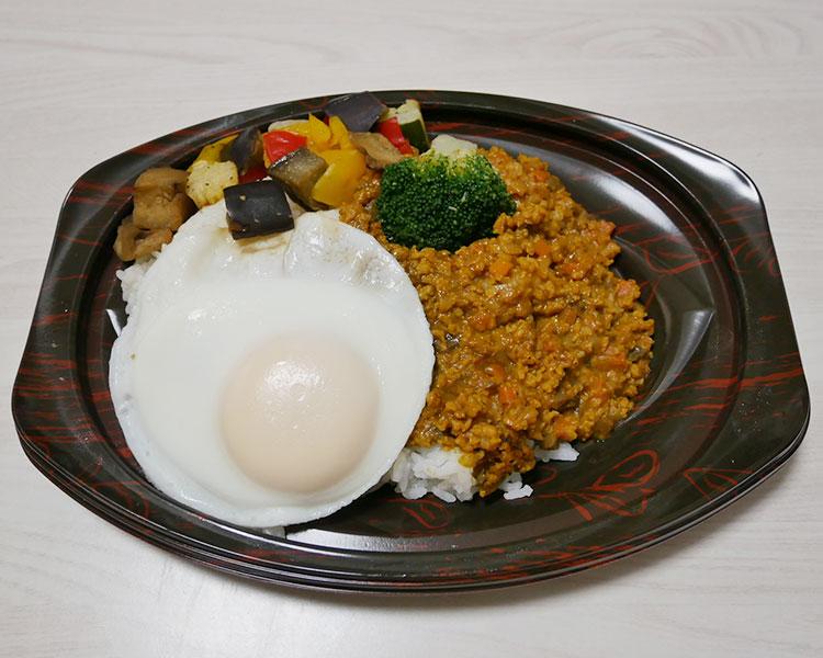 デイリーヤマザキ「グリル野菜と目玉焼きのキーマカレープレート(599円)」